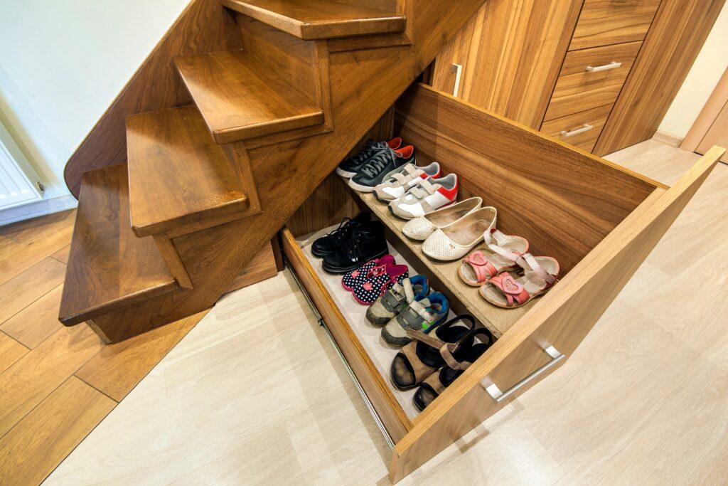 espace chaussure sous escalier