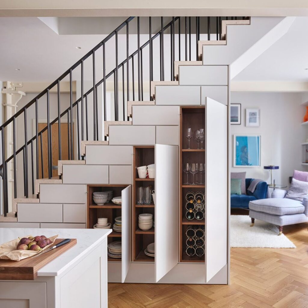 aménager l'espace armoire à vaisselle sous les escaliers