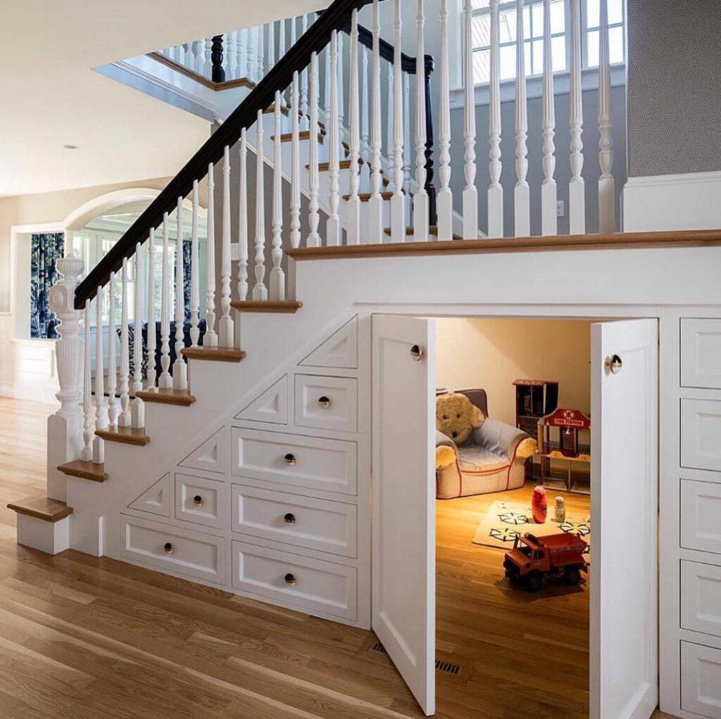 espace de jeu pour enfants sous l'escalier